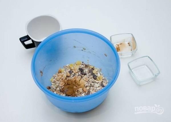 4. Всыпьте корицу или ванилин для аромата, а также прочие добавки, которые используете: орешки, шоколад, сухофрукты и т.д.
