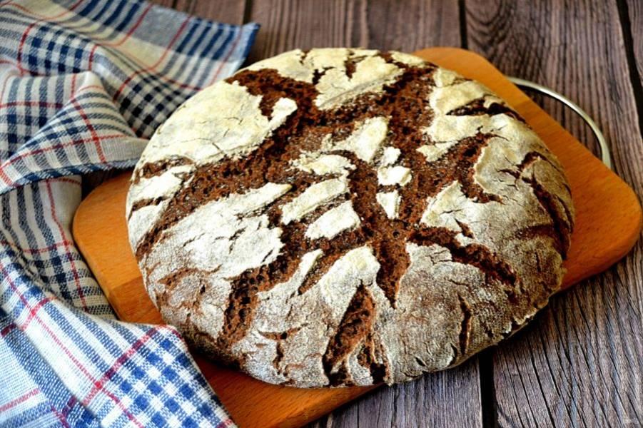 Готовый хлеб переложите на решетку до полного остывания, после чего его можно подавать к столу.