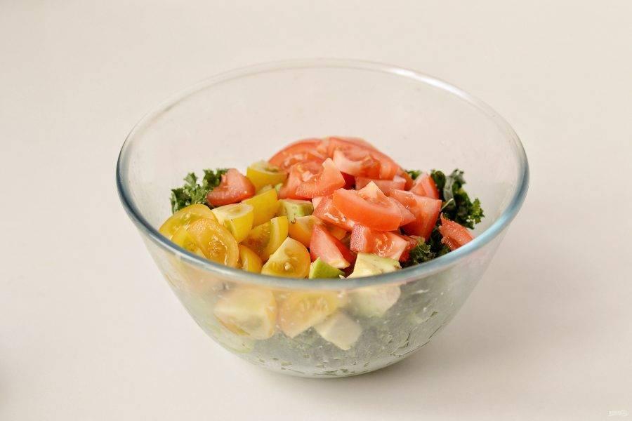 Помидоры нарежьте ломтиками среднего размера, переложите в миску. Перемешайте салат.