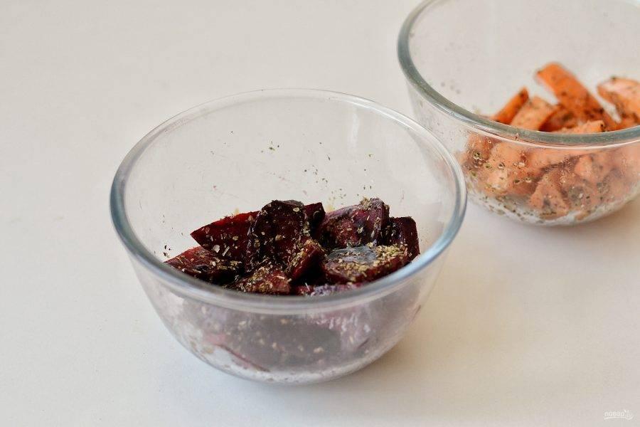В двух разных мисках соедините овощи с оливковым маслом и травами. В свеклу добавьте еще бальзамический уксус.