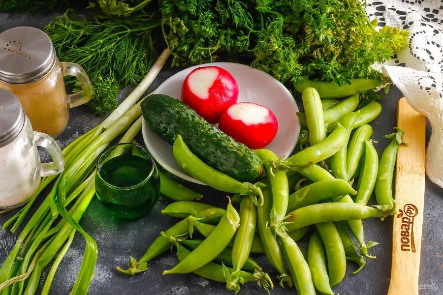 Подготовьте указанные ингредиенты. Салат можно приготовить из любых овощей и фруктов, миксующихся по вкусу между собой.