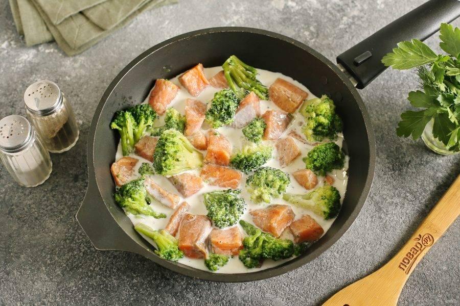 Залейте все сливками и когда они начнут загустевать, огонь убавьте и оставьте тушиться под крышкой около 15 минут. В конце отрегулируйте на соль и перец.