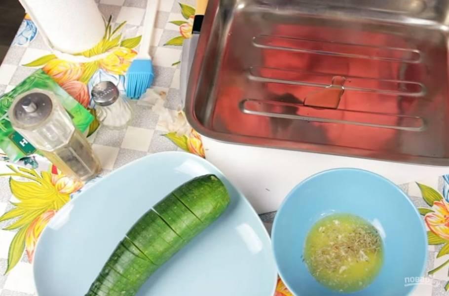 3. Противень для запекания смажьте оливковым маслом, выложите на него подготовленный цукини и смажьте растопленным сливочным маслом со специями (немного заправки оставьте).