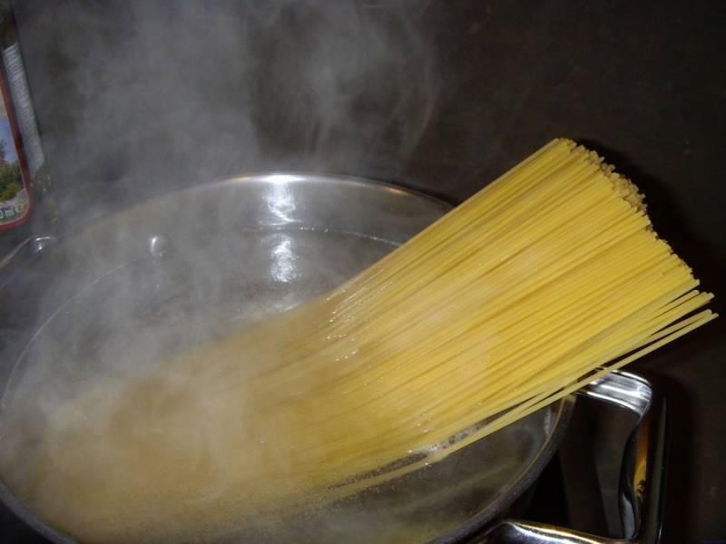 В кипящей воде варим спагетти (на минуту меньше, чем указано на упаковке).