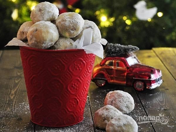 4. Готовое печенье остудите пару минут и еще теплым обваляйте со всех сторон в сахарной пудре. Вот и все, можно угощать малышей.  Приятного чаепития!