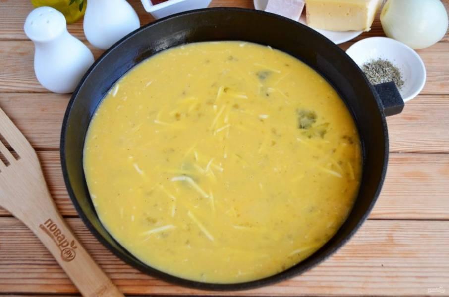 Огнеупорную форму смажьте растительным маслом. Перелейте омлет и отправьте его в духовку на 10 минут, температура — 180 градусов.