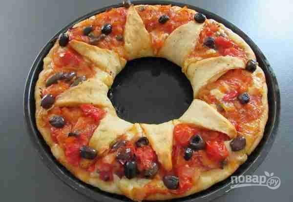 9.Смажьте тесто оливковым маслом. Выпекайте пиццу при температуре 200 градусов в течение 30 минут. Пицца «Цветок» готова. Приятного аппетита!