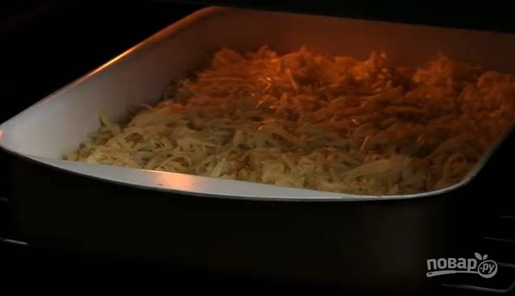 5. Сыр натрите на крупную терку и выложите его на пельмени. Выпекайте 30-40 минут при температуре 200 градусов. Через 10-15 минут после начала запекания накройте форму фольгой.