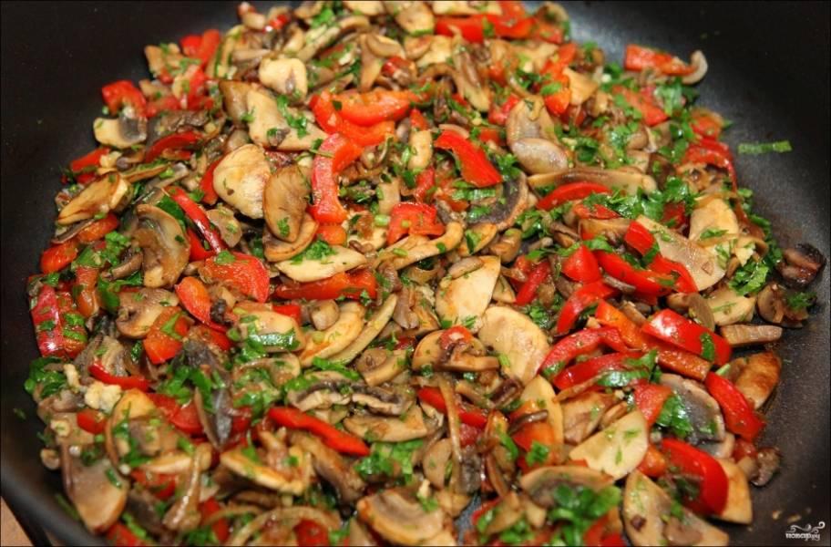 Потом добавьте перец и зелень, мелко порубленный чеснок (можете выдавить его через чеснокодавку), перемешайте, готовьте пару минут.