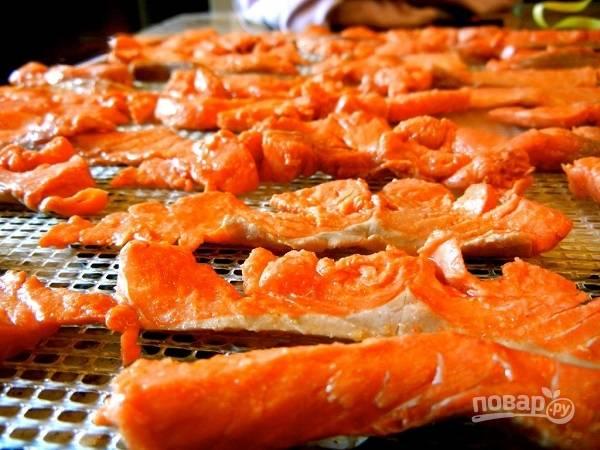 6. Обсушите рыбку на бумажном полотенце. Духовку разогрейте до 70 градусов, выложите рыбку на противень, чуть смазанный маслом. Сушите 2-3 часа до подрумянивания. Если используете сушку для овощей, установите температуру и время согласно инструкции.