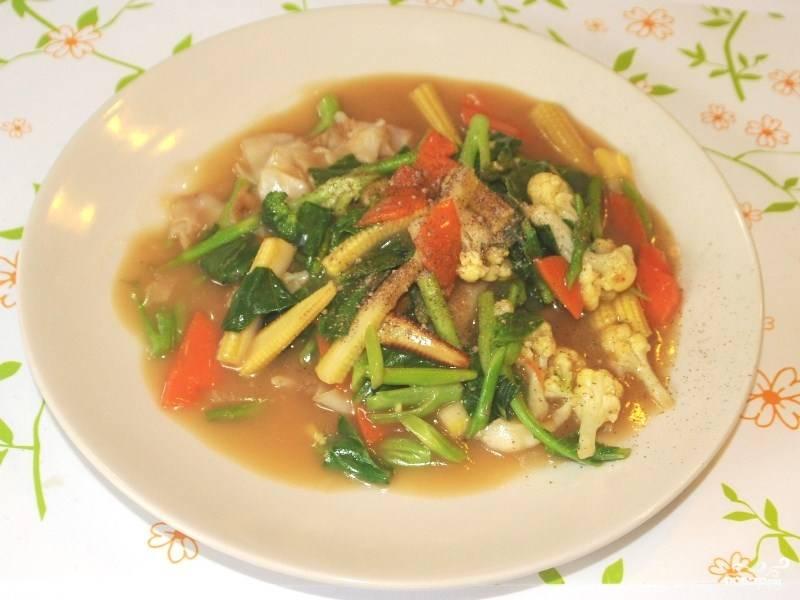 Подавайте готовую жареную лапшу, полив сверху соусом и выложив овощи. Получается горячее блюдо с легкой подливкой. Можете посыпать зеленью измельченной или специями приправить. Приятного аппетита!
