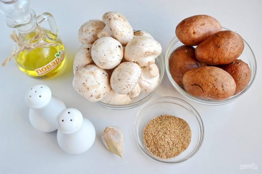 1. Подготовьте продукты для запеканки. Вымойте тщательно грибы, со шляпок снимите пленочки верхние, положите на бумажное полотенце, пусть обсохнут. В зависимости от размера картофеля, может понадобится 5-6 штук. Очистите чеснок. Приступим!
