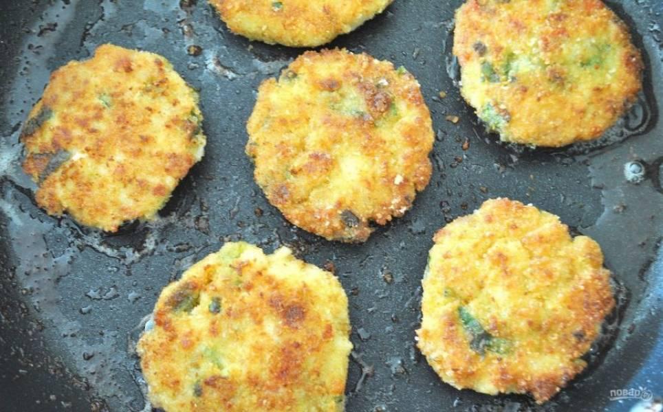 2.Разогрейте сковороду с растительным маслом, из фарша сформируйте небольшие котлетки и выложите на разогретую поверхность. Обжаривайте до золотистой корочки.