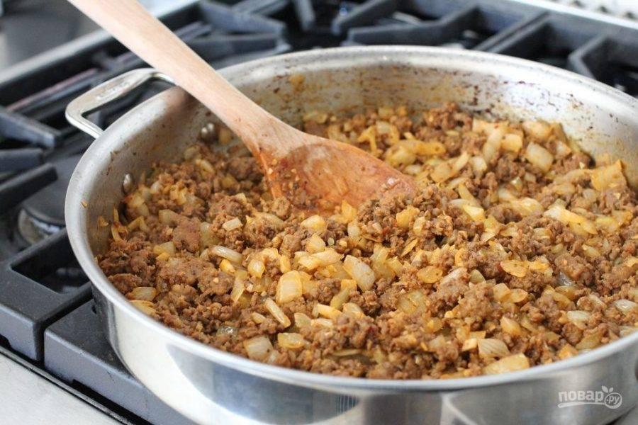 Также добавьте орегано, базилик и соль. Помешивайте и жарьте до готовности.