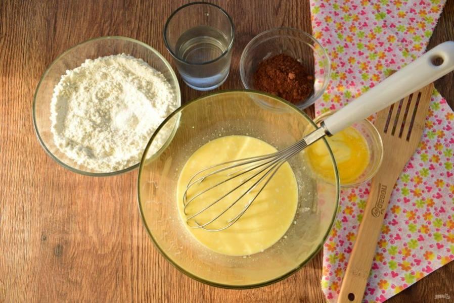 Соедините в глубокой миске слегка взбитые яйца, молоко и сметану, взбейте венчиком до однородности.