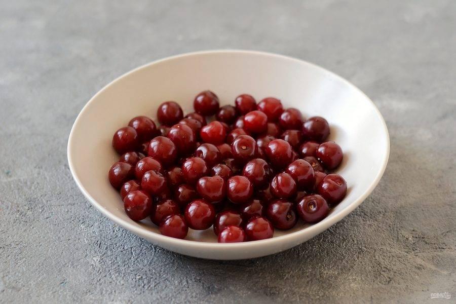 Вишню помойте, удалите листики и веточки, испорченные или переспелые ягоды. От косточек очищать не нужно.