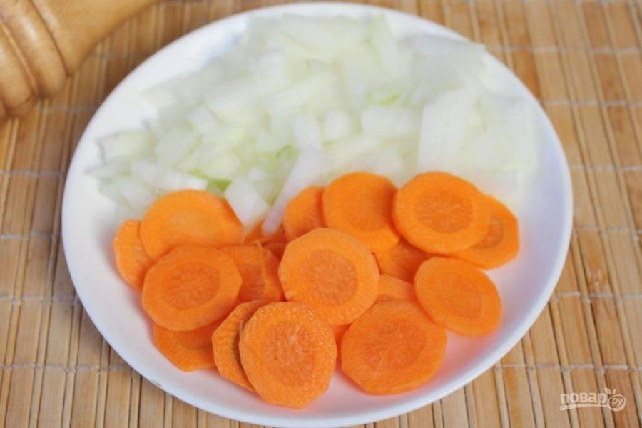 Лук и морковь чистим, режем и отправляем в кипящий суп.