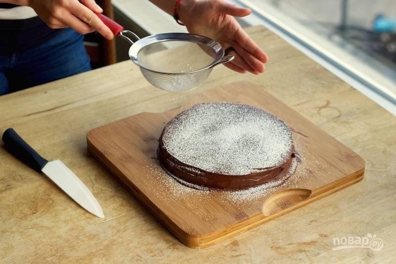 12. При желании присыпьте шоколадный пирог в глазури немного сахарной пудрой. Приятного чаепития!