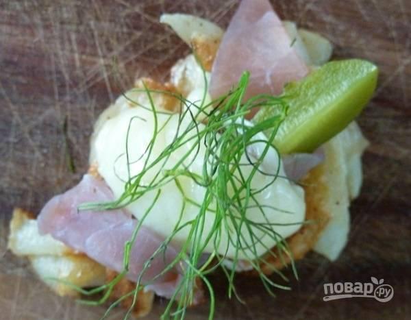 """6. На картофельный """"оладик"""" выложите ломтик ветчины, маринованный огурчик и сырок. Сверху можно дополнить зеленью.  Приятного аппетита!"""