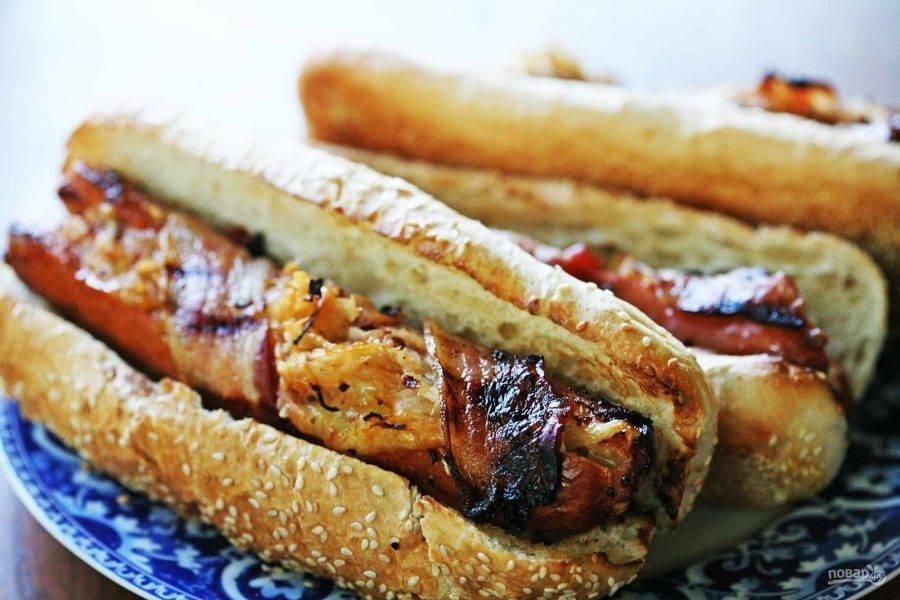6.Обжарьте булочки на гриле, затем удалите зубочистки. Выложите сосиски внутрь булочек и подавайте хот-дог сразу.