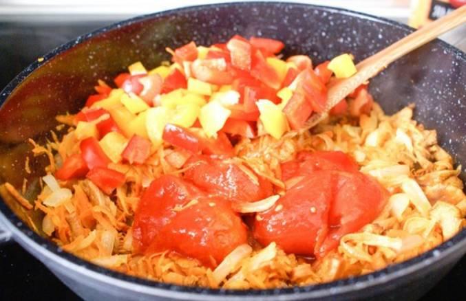 Настал черед добавить порезанные томаты, перец и соль по вкусу. Тушим под крышкой 10 минут.