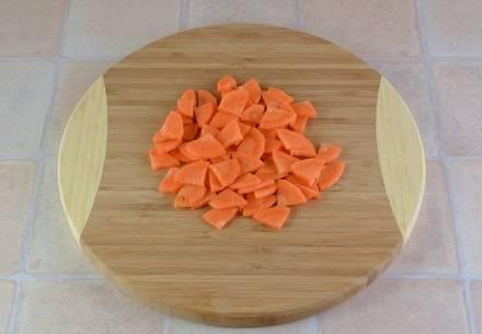 4. Также очистить и нарезать морковь. При желании морковь можно натереть на средней или крупной терке.