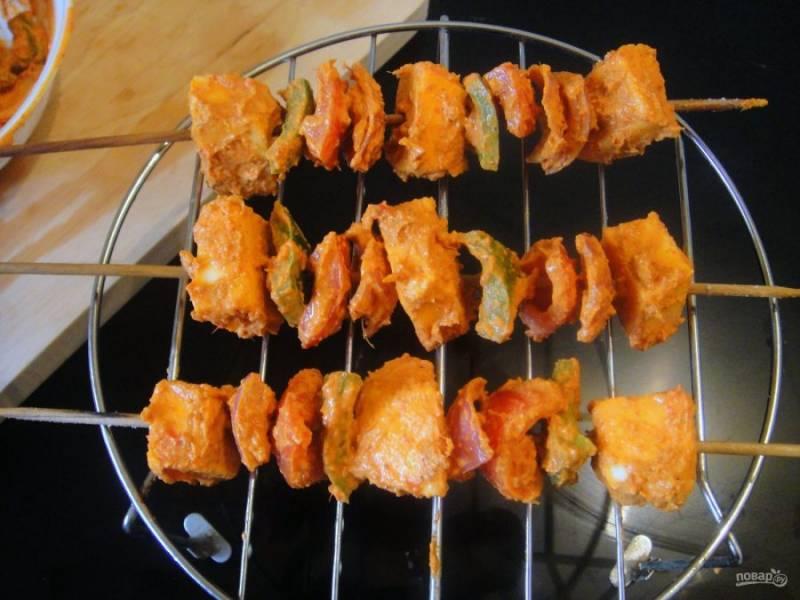 5. Насадите овощи и сыр на шпажки и запекайте шашлыки в духовке в течение 10 минут при температуре 200 градусов.