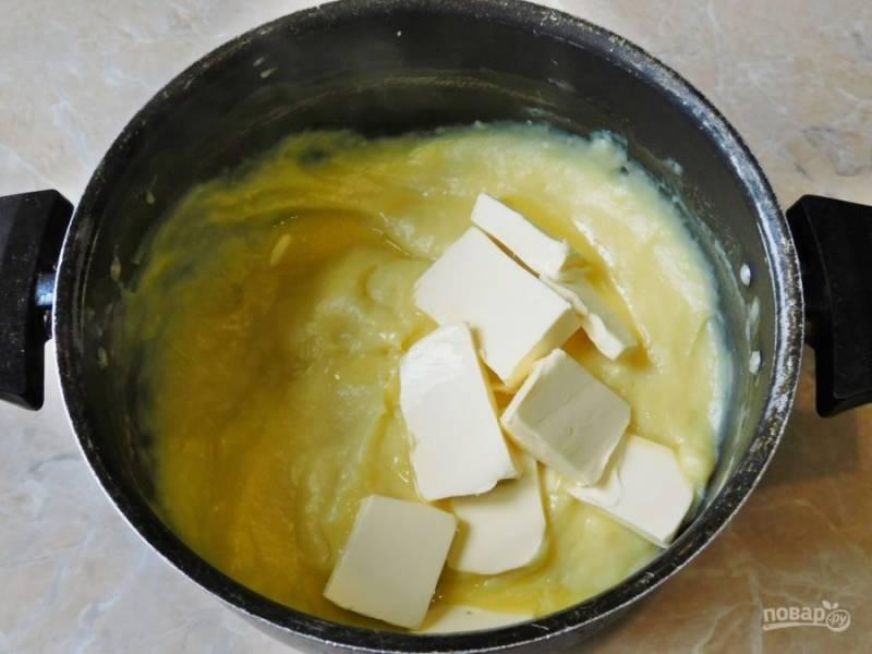 Затем влейте кипящее молоко в яичную массу при постоянном перемешивании. Верните всю массу на огонь и проварите на небольшом огне до загустения. Снимите крем с огня и добавьте в него 50 грамм сливочного масла. Готовый крем полностью остудите.
