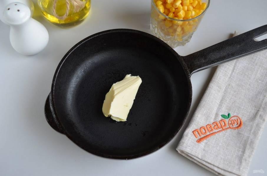 2. На сковороду положите кусочек масла и растопите.