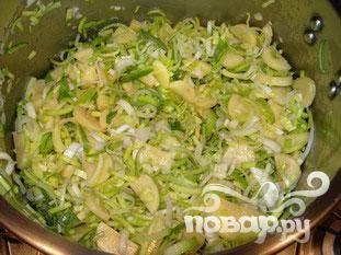 Добавить картофель и лук-порей, хорошо перемешать.