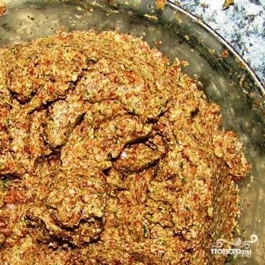 Смешиваем измельченные ингредиенты, месим из них густое тесто. Густоту можно регулировать добавлением измельченных семян или воды.