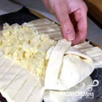4.Укладываем свободный нижний и  верхний край теста на начинку, друг на друга попеременно складываем боковые полоски теста. На пирогу должна получиться плетенка (или «косичка»).