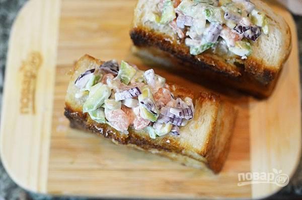 Полученным салатом начините кармашки, подайте их к столу.