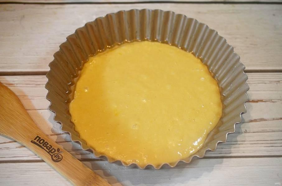 6. В форму, смазанную маслом, выложите немного теста.
