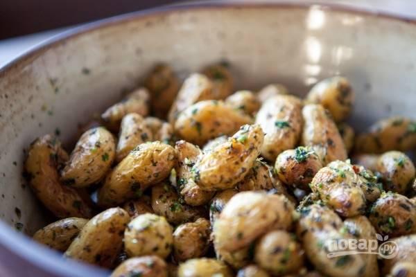 4. Запеченный картофель с ароматной зеленью подавайте к столу горячим, дополнив оставшейся зеленью. Приятного аппетита!
