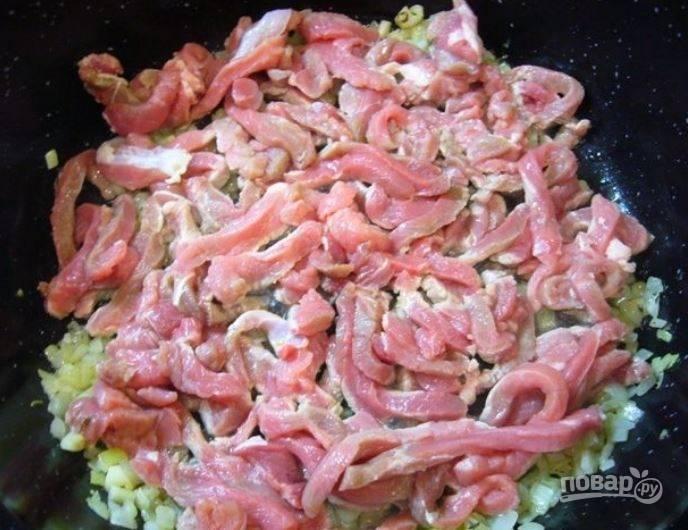 На сковороде с оливковым маслом обжарьте лук и чеснок до прозрачности. Затем отправьте  в сковороду нарезанное брусочками филе.