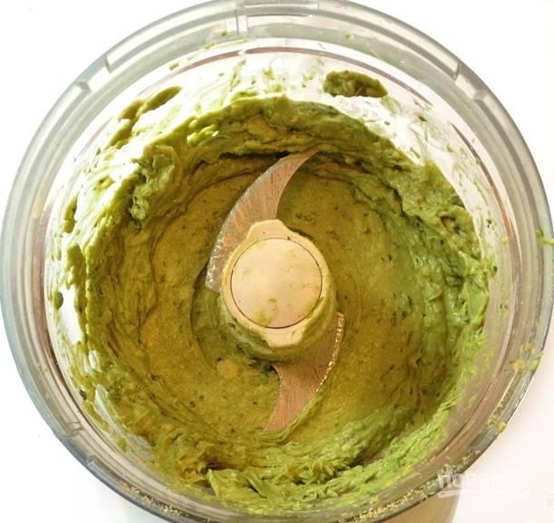 2. В чашу блендера отправьте авокадо, базилик, чеснок. Добавьте сок лимона, соль и перец по вкусу. Измельчите все до состояния однородного пюре.