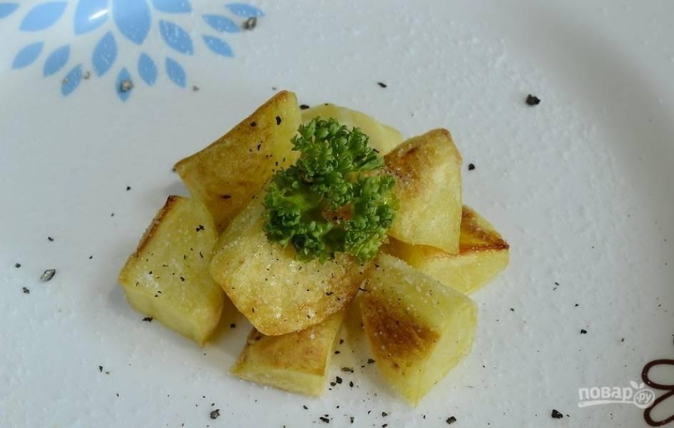 Добавьте к готовому картофелю соль и перец. Гарнир идеально подойдёт под курицу и жареное мясо. Приятного аппетита!