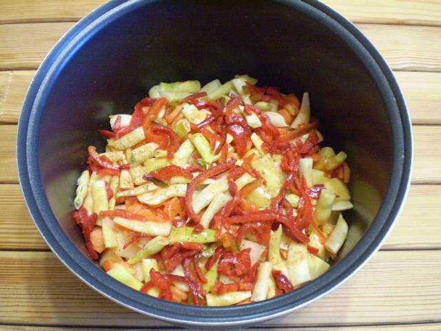 """6. Влейте томатный сок. Овощная смесь готова для тушения. Если используется мультиварка, то устанавливаем чашу в машину и выбираем режим """"тушение"""", время 40 минут. Если готовите в сковороде или казане, то доведите смесь до кипения, убавьте огонь и томите на очень медленном огне 35 минут под крышкой."""