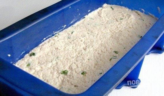 Форму для выпекания смажьте сливочным маслом и выложите фарш из курицы. Выпекайте в духовке при температуре 180 градусов на протяжении 30 минут. Суфле готово, приятного аппетита!