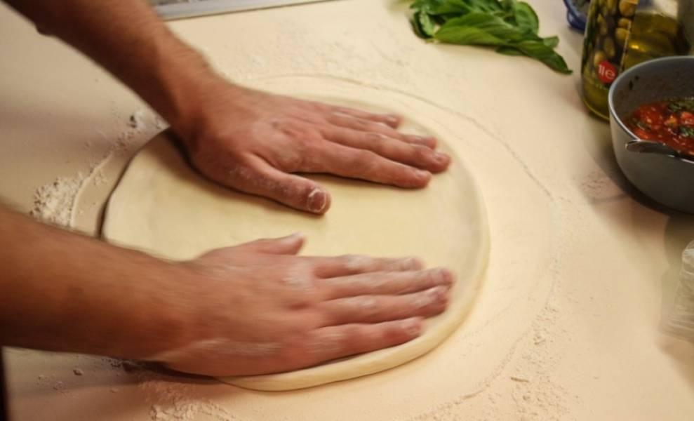 9. В конце нужно раскатать его до необходимого объема. А теперь можно наполнять начинкой и наслаждаться аппетитной пиццей.