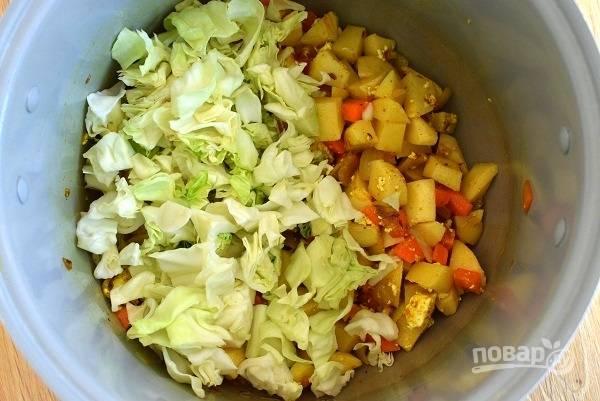 Картофель добавьте, перемешайте и обжаривайте в течение 5 минут. Положите капусту, готовьте еще 5 минут.