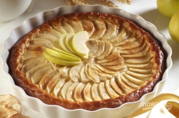 5. При 160 градусах печем пирог около часа. Проверяем спичкой, чтобы он получился румяным и пропекшимся. Готово!