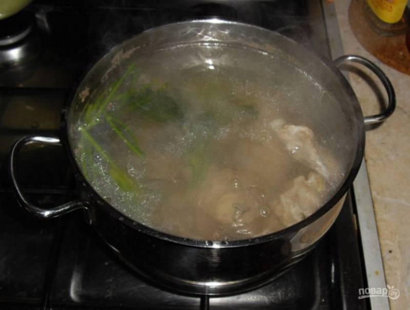 Порежьте мясо на кусочки, залейте холодной водой, добавьте соль и пучок зелени. Поставьте на сильный огонь и варите бульон. Периодически снимайте пену.