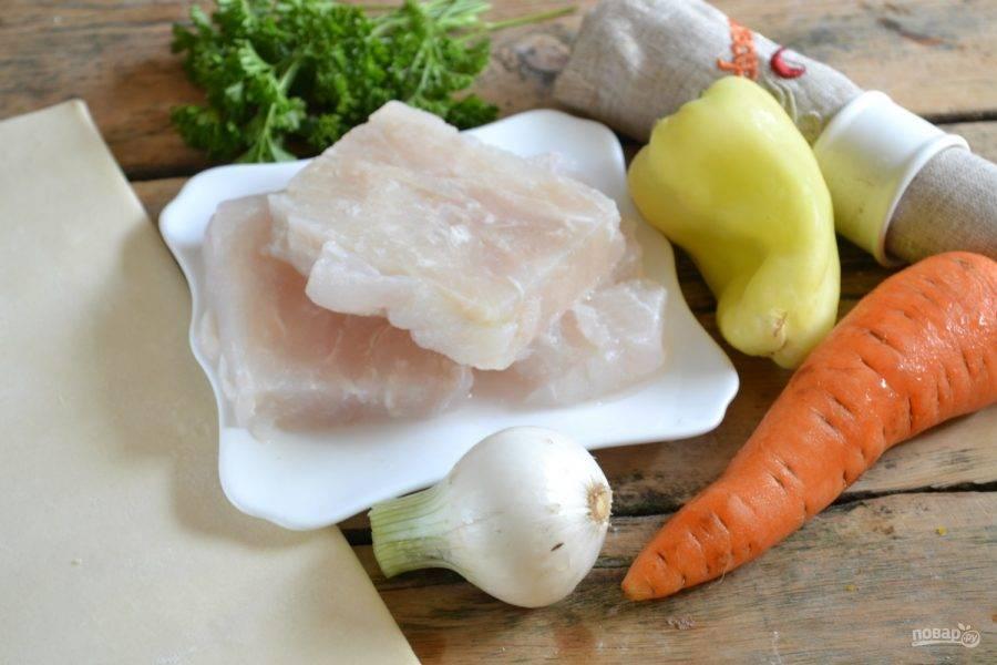 1.Подготовьте необходимые ингредиенты. Помойте и очистите овощи. Филе пангасиуса оставьте на пару часов при комнатной температуре, чтобы разморозилось.