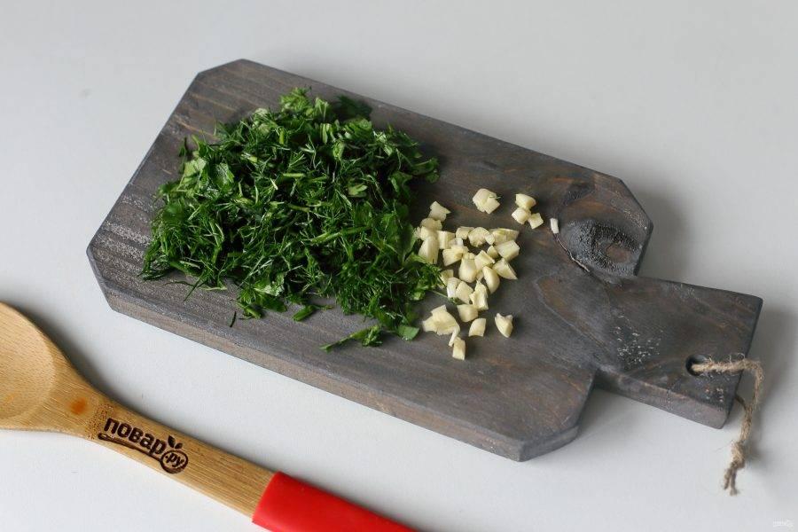 В самом конце добавьте измельченный ножом чеснок и любую свежую зелень.