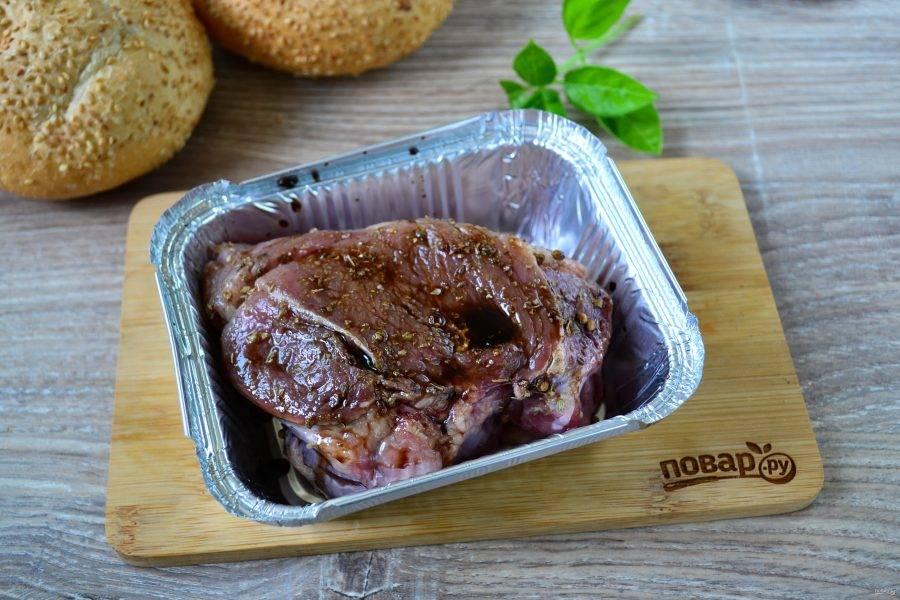 Смажьте мясо бальзамической смесью и отправьте в духовку. Через 5 минут снова смажьте, затем – через 10. За 10 минут до готовности снова смажьте мясо.