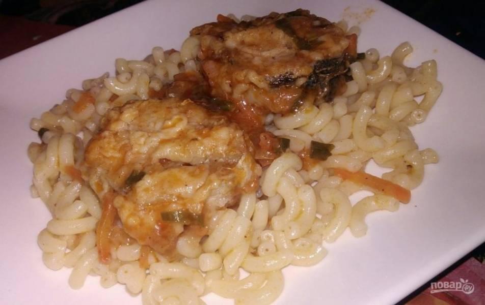 7. За то время, пока жарилась рыба, можно приготовить гарнир. С маринадом хорошо сочетаются макароны, рис и картофельное пюре.