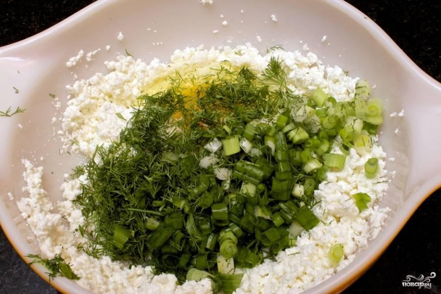 13. Вымойте и измельчите зелень (в данном случа используется укроп и лук), добавьте её в мисочку.