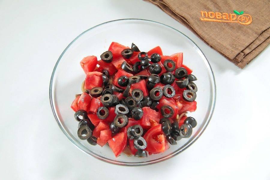 Маслины нарежьте колечками и добавьте к томатам с грибами.